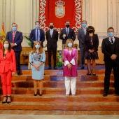 Foto de familia de los premiados con los representantes municipales