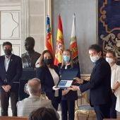 Miriam Gómez, de El Racó del Plá, recibe la distinción de manos de Francesc Colomer