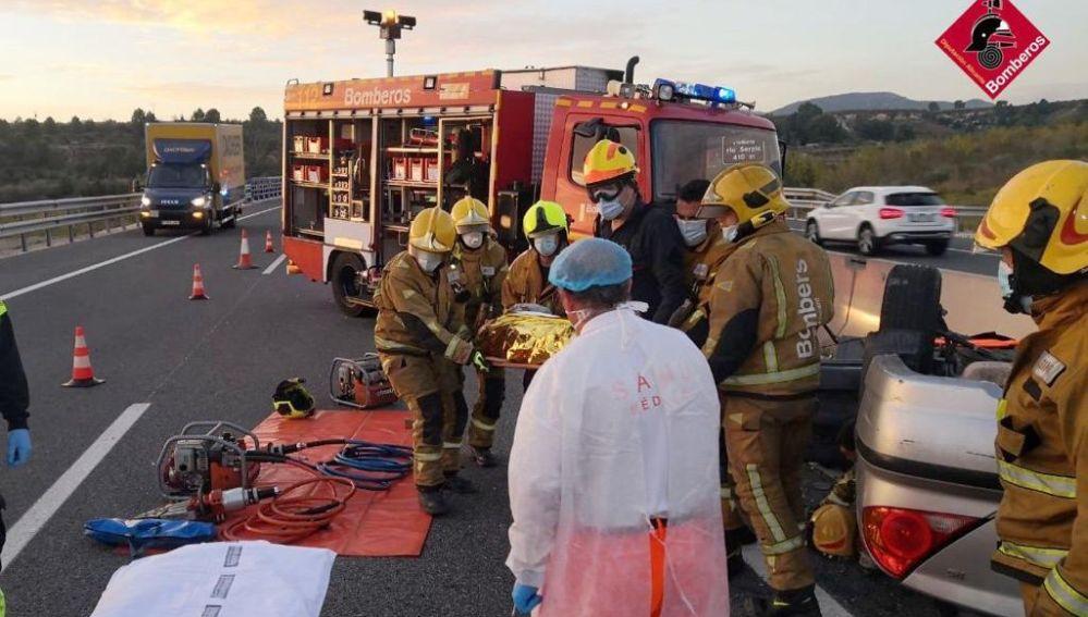 Los bomberos sacan al conductor herido