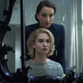 Las actrices Kristin Scott-Thomas y Lily James en un fotograma de 'Rebecca', de Ben Wheatley