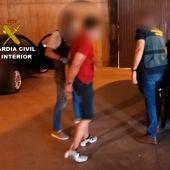 Uno de los detenidos custodiado por la Guardia Civil