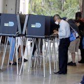 Ciudadanos de Estados Unidos rellenan sus boletos para ejercer el voto