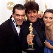Antonio Banderas, Pedro Almodóvar y Penélope Cruz sostienen el Oscar de 'Todo sobre mi madre'