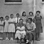 Foto oficial de una de las familias numerosas premiadas por el régimen de Franco. Andalucía, anónimo.