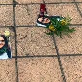 Velas y flores junto a fotos de la mujer estrangulada en la pedanía de La Hoya de Elche.