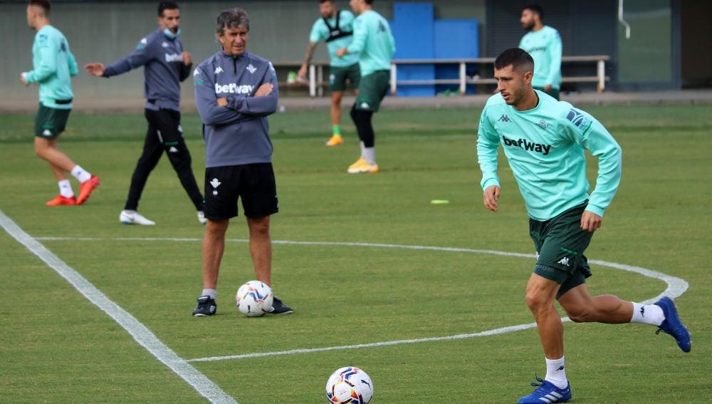 Pellegrini observa a Guido Rodríguez en un entrenamiento.
