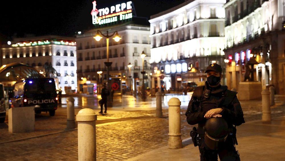 La Policía Nacional vigila la Puerta del Sol en Madrid durante las restricciones por el coronavirus