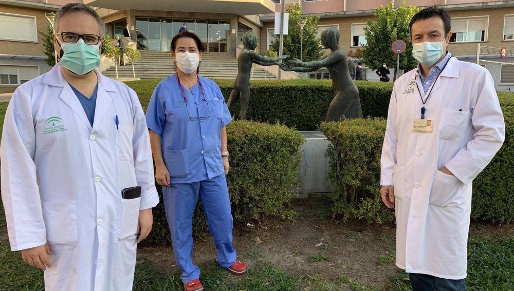 Parte del equipo que ha atendido el parto: el neurocirujano Antonio López, la enfermera responsable de Obstetricia Isabel Arenilla, y el obstetra Lucas Cerrillos