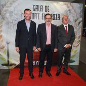 El alcalde de Elche, Carlos González; el presidente del Club Ballonmano Elche, Juanjo Ávila; y el concejal de Deportes, Vicente Alberola.