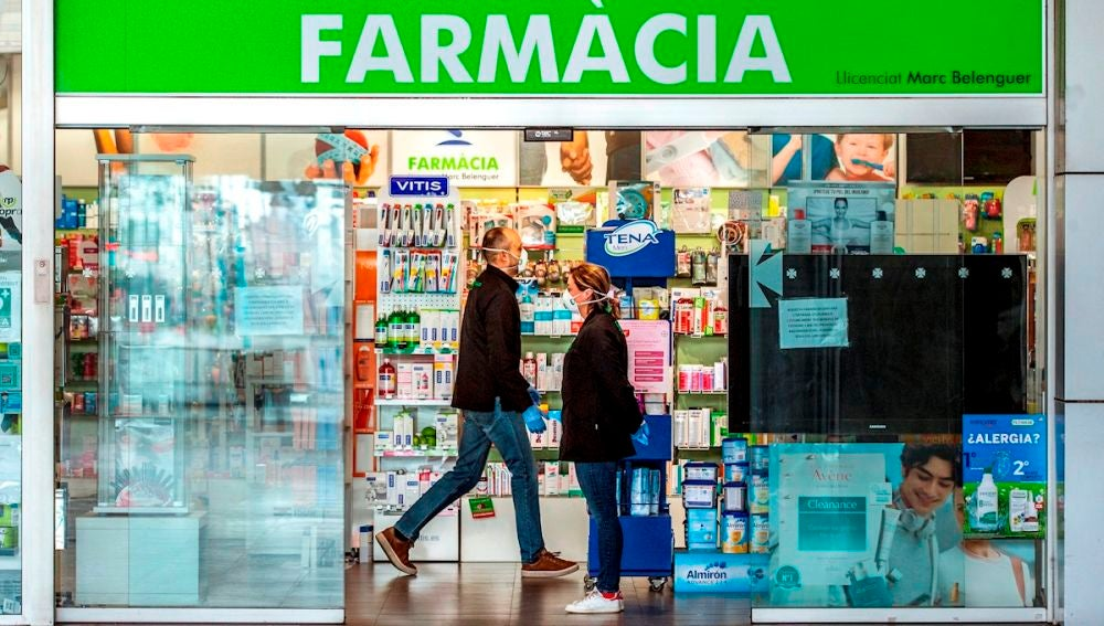 Varias personas se acercan a una farmacia en Barcelona