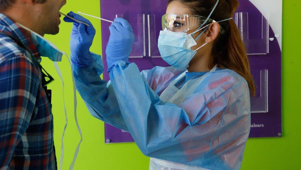 Una enfermera realiza una PCR a un paciente
