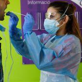 Una enfermera realiza una PCR a un paciente.