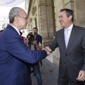 Los alcaldes de Sevilla, Juan Espadas, y Málaga, Francisco de la Torre, en la imagen de la firma del acuerdo de 2015