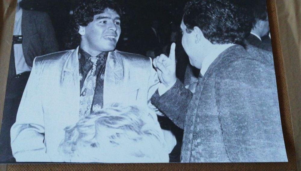 Maradona sonríe junto a Enrique Ortego.