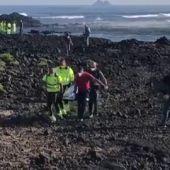 Agónico rescate en la costa de Órzola: vuelca una patera y deja al menos ocho muertos