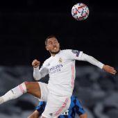 Eden Hazard intenta rematar el balón en el partido del Real Madrid.