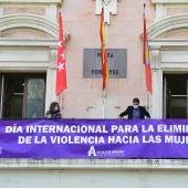 Cartel 25N en el Ayuntamiento de Alcalá de Henares