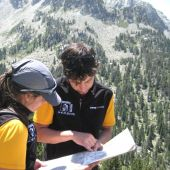 Montañeros consultando un mapa