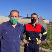 Trabajadores de Alcoa en San Cibrao siembran cruces delante de la factoría para escenificar la muerte industrial de la Mariña lucense