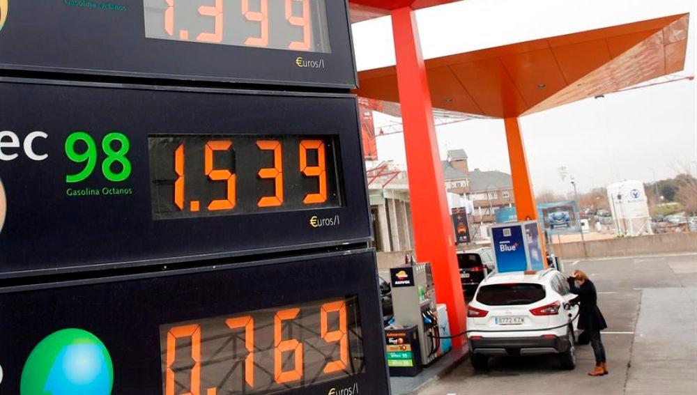 Precios de los carburantes en una gasolinera de Madrid.