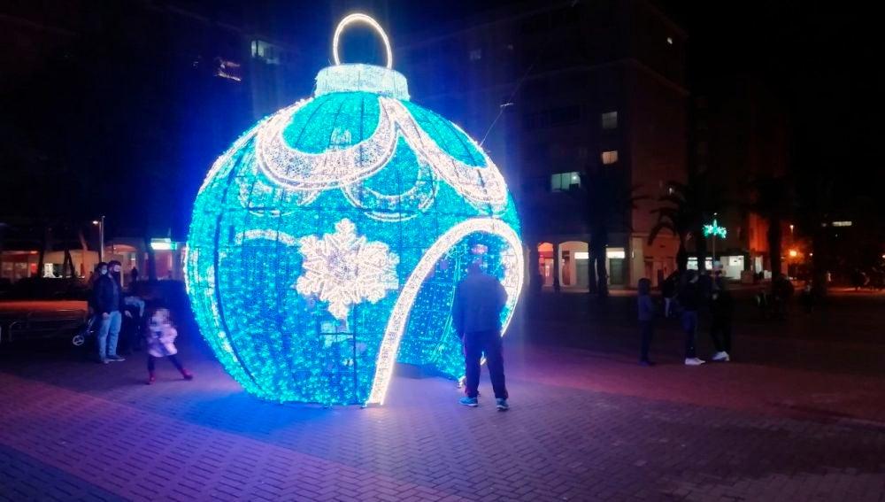 Bola de Navidad en la Plaza de Castilla de Elche.