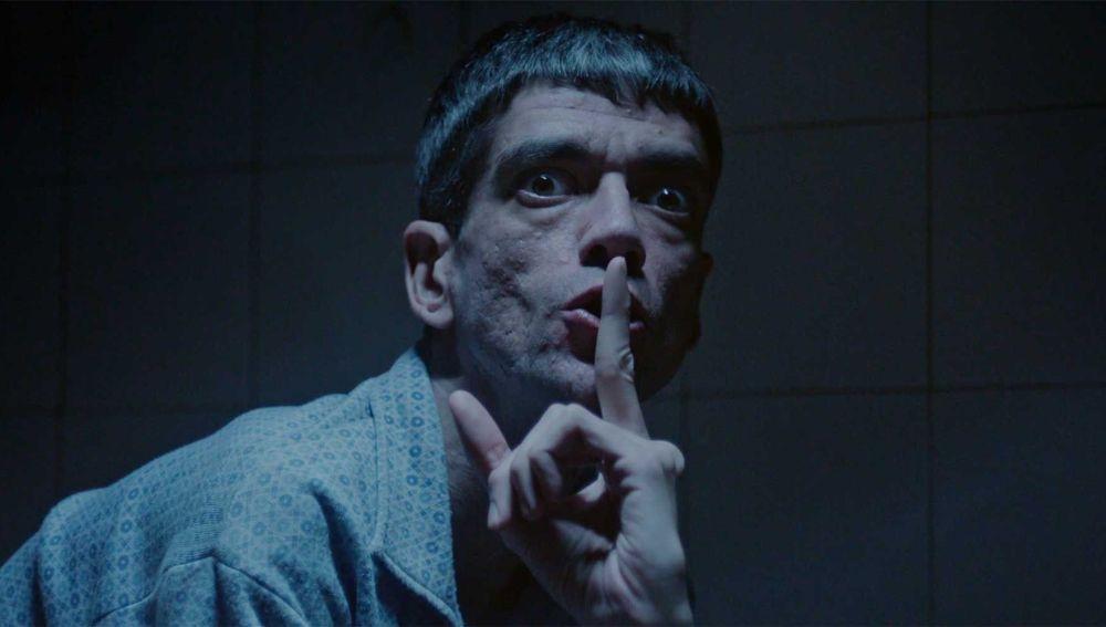 El actor Javier Botet, en una escena de la película 'Amigo', del director Óscar Martín