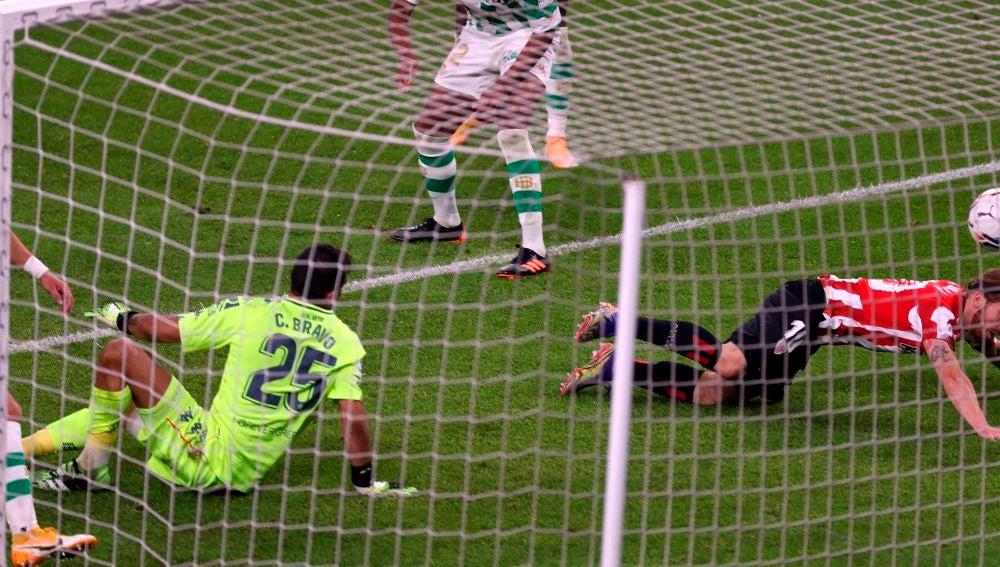 Iker Muniain bate a Claudio Bravo en un Athletic-Betis.