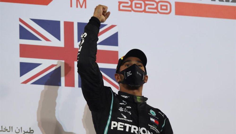 Baréin celebra el triunfo de Hamilton y el 'milagro' de Grosjean