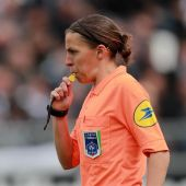 Stephanie Frappart, primera mujer en arbitrar en Champions League.