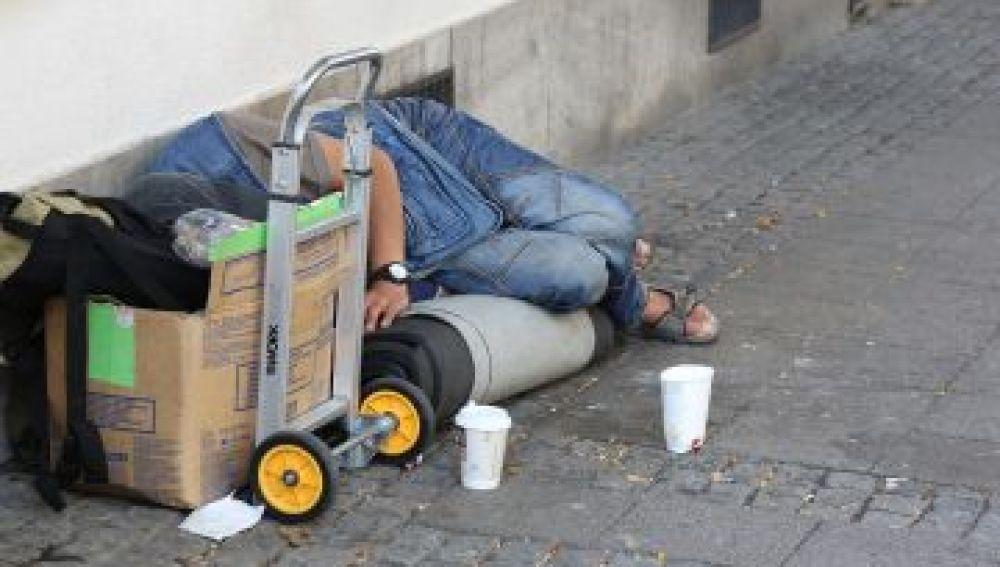 """Un """"sin techo"""" durmiendo en la calle"""
