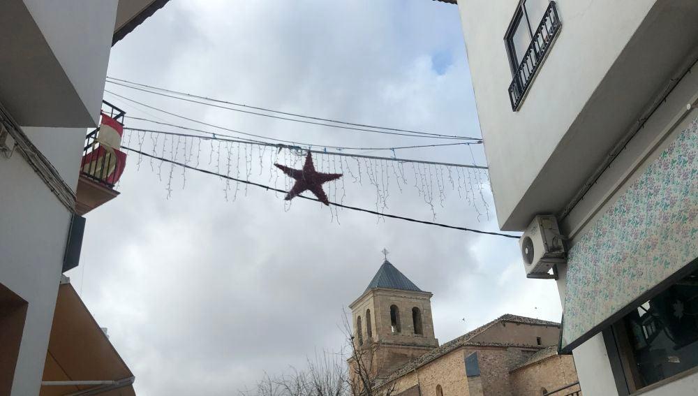 Elementos decorativos en la plaza de la iglesia de Las Pedroñeras