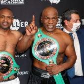 Mike Tyson y Roy Jones tras el combate de exhibición