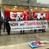 Concentración delante del Banco de Santander