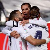 Benzema, Lucas y Ramos celebran el tanto del francés