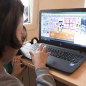 Una niña manejando un ordenador