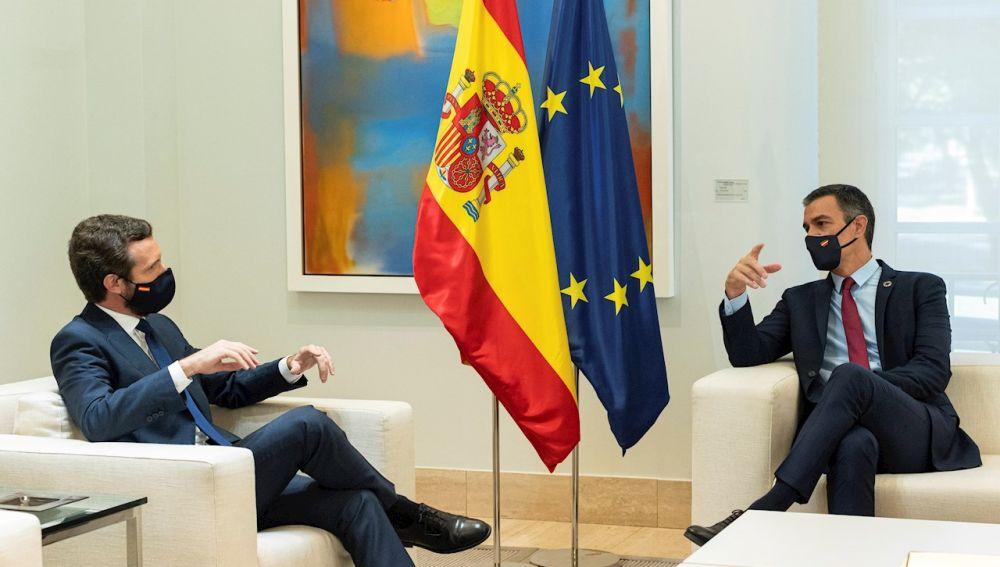 Pedro Sánchez junto a Pablo Casado en un encuentro (Archivo)