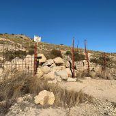 Piedras que obstruyen el paso en un camino en el entorno del Pantano de Elche.