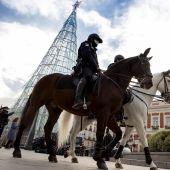 Policías con mascarilla en la Plaza del Sol, en Madrid