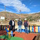 Ángel Noguera, concejal de Infraestructuras de Orihuela, con Raúl Pardines, alcalde pedáneo de Raiguero de Bonanza han visitado el parque de esta pedanía de Orihuela