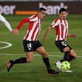 os jugadores del Athletic de Bilbao, Dani García (c) y Unai Vencedor, protegen el balón ante el centrocampista uruguayo del Real Madrid, Federico Valverde, durante el encuentro correspondiente a la jornada 19 de primera división que disputan esta noche en el estadio Alfredo Di Stéfano, en Madrid.