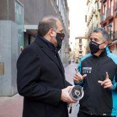 Alberto Mendoza conociendo cómo es la instalación de las cámaras de vigilancia