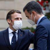 Macron saludando a Pedro Sánchez en su encuentro del pasado 14 de diciembre