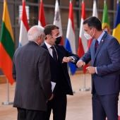 El presidente francés, Emmanuel Macron, el primer ministro español Pedro Sánchez y el Alto Representante de la Unión Europea para Asuntos Exteriores, Josep Borrell, asisten a una cumbre cara a cara de la UE de dos días en Bruselas, Bélgica, el 10 de diciembre de 2020