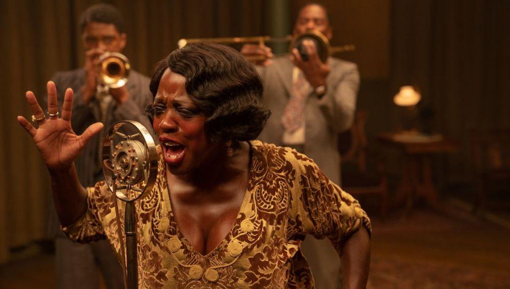 La actriz Viola Davis, caracterizada como Ma Rainey, en una escena de la película 'La madre del blues'
