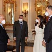 Los Reyes, junto al ministro de Cultura en el acto de entrega del Cervantes a Joan Margarit.