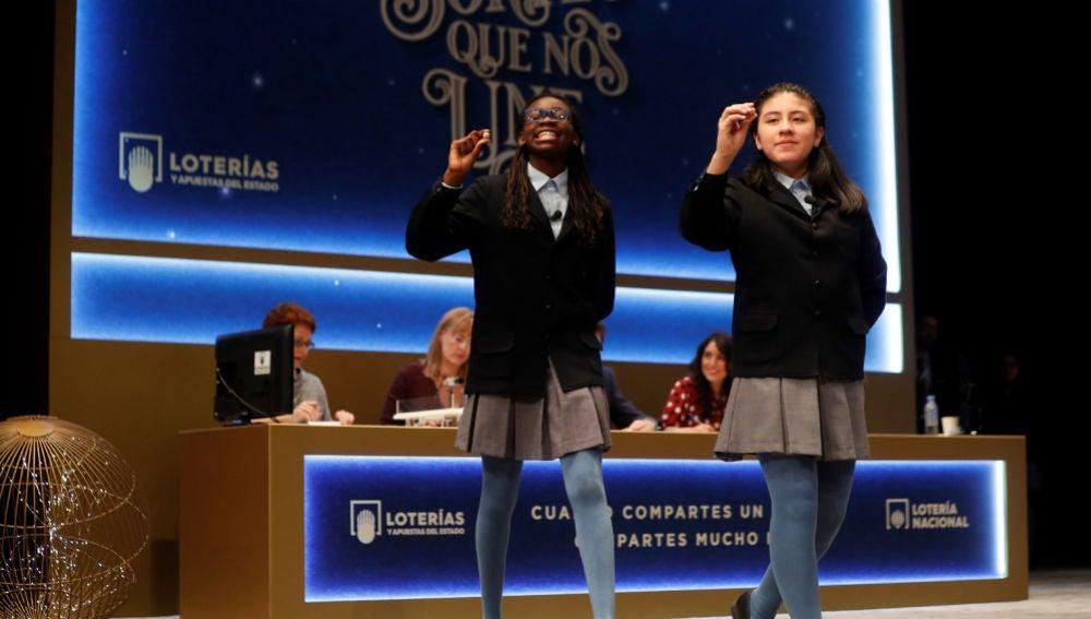 Las alumnas del Colegio de San Ildefonso cantan un número premiado en el sorteo de la Lotería de Navidad.