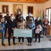 """Entrega de los """"cheques-bebé"""" a las familias en Palos de la Frontera"""