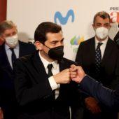 El tenista Rafael Nadal (d) y el futbolista Iker Casillas se saludan en la última Gala de Premios AS del Deporte.