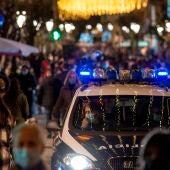 Un coche de la Policía Nacional circula por la céntrica calle del Paseo de Ourense.