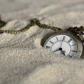 Un reloj en la arena de una playa